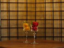 Deux beaux verres à vin en cristal complètement de crème glacée de fruit Sorbet coloré avec la menthe décorative sur un fond trei Image libre de droits