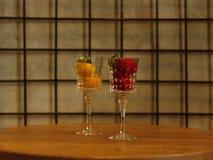 Deux beaux verres à vin en cristal complètement de crème glacée de fruit Sorbet coloré avec la menthe décorative sur un fond trei Photos stock