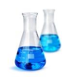 Deux bechers en verre de laboratoire avec les échantillons liquides Photographie stock