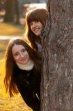 Deux belles adolescentes ayant l'amusement dans le stationnement Photographie stock libre de droits