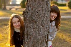 Deux belles adolescentes ayant l'amusement dans le stationnement Photos stock