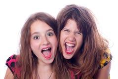 Deux belles adolescentes heureuses criant Images libres de droits
