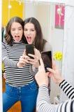 Deux belles adolescentes prenant des selfies tout en faisant des visages Photographie stock libre de droits