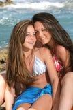 Deux belles adolescentes sur le beac Photos stock