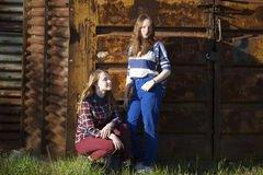 Deux belles adolescentes sur le fond Image stock