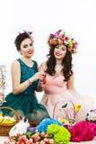 Deux belles amies avec des oeufs dans sa main et f de décoration Image libre de droits