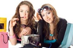 Deux belles amies dans des lunettes de soleil Photo libre de droits