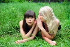 Deux belles amies de jeunes femmes. Photos stock