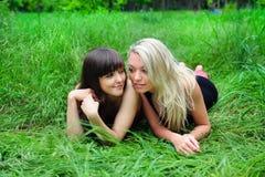 Deux belles amies de jeunes femmes. Image libre de droits