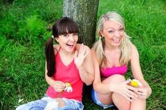 Deux belles amies de jeunes femmes. Photographie stock