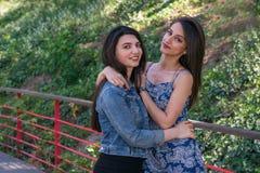 Deux belles amies de jeunes femmes en parc Images libres de droits