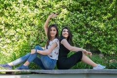 Deux belles amies de jeunes femmes en parc Photo stock