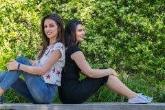Deux belles amies de jeunes femmes en parc Photographie stock libre de droits
