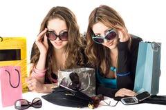 Deux belles amies de sourire dans des lunettes de soleil Photographie stock