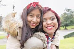 Deux belles amies de sourire de femme Photos stock