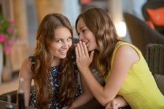 Deux belles amies en café Photo libre de droits