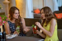 Deux belles amies en café Photos libres de droits
