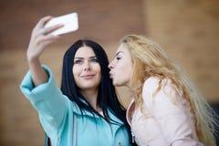 Deux belles amies faisant le selfie Photo stock