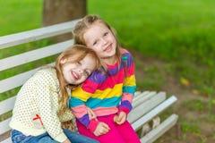 Deux belles amies posant dans le jardin Photographie stock