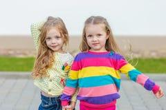 Deux belles amies posant dans le jardin Images libres de droits