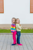 Deux belles amies posant dans le jardin Photo libre de droits