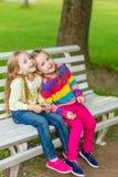 Deux belles amies posant dans le jardin Image stock