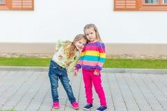 Deux belles amies posant dans le jardin Photo stock