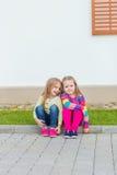 Deux belles amies posant dans le jardin Image libre de droits