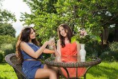 Deux belles femmes au café Photo stock