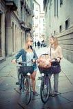 Deux belles femmes blondes faisant des emplettes sur le vélo Photo libre de droits