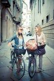Deux belles femmes blondes faisant des emplettes sur le vélo Photo stock