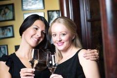 Deux belles femmes célébrant avec le champagne Photo libre de droits