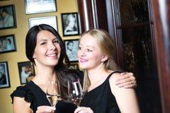 Deux belles femmes célébrant avec le champagne Image libre de droits