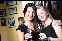 Deux belles femmes célébrant avec le champagne Images libres de droits