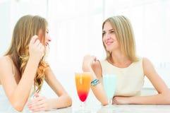 Deux belles femmes causant dans un café Image libre de droits
