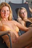 Deux belles femmes détendant au centre de station thermale Photos libres de droits