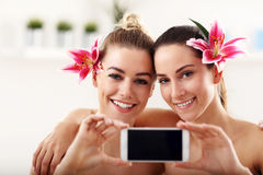 Deux belles femmes dans la station thermale Photo stock