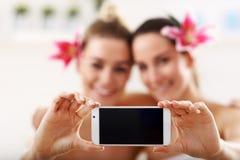 Deux belles femmes dans la station thermale Photographie stock