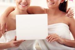 Deux belles femmes dans la station thermale Photos stock