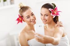Deux belles femmes dans la station thermale Photographie stock libre de droits