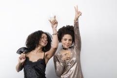 Deux belles femmes dansant et buvant du champagne Image libre de droits