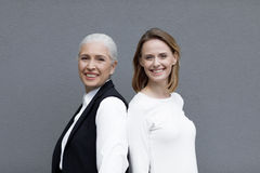 Deux belles femmes de sourire se tenant ensemble Photos libres de droits