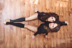 Deux belles femmes faisant étirant l'exercice Images stock
