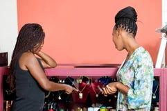 Deux belles femmes faisant des emplettes dans un magasin de bijoux image stock