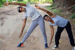Deux belles femmes faisant ?tirant l'exercice en parc image libre de droits