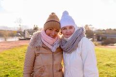 Deux belles femmes mûres ensemble contre la vue scénique du natur Photo libre de droits