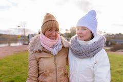Deux belles femmes mûres ensemble contre la vue scénique du natur Photos libres de droits