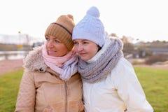 Deux belles femmes mûres ensemble contre la vue scénique du natur Photographie stock libre de droits