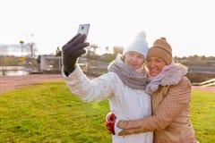 Deux belles femmes mûres ensemble contre la vue scénique du natur Photographie stock