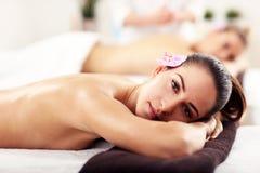 Deux belles femmes obtenant le massage dans la station thermale Images stock